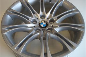 Bmw 5 Series wheel refurbished in metallic silver, M badge removed and refitted.