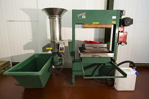 Voran rack and cloth press with Voran fruit mill