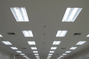 Ceiling with lighting installation