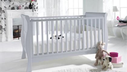 <h2>BAILEY SLEIGH COT BED<br/></h2><p><span>Colours:</span><br/>WHITE & OAK</p><p><span>Price:</span><br/>£329</p>
